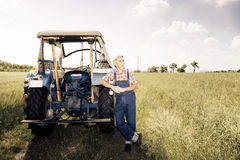 Agricoltore Standing In un campo Immagine Stock Libera da Diritti