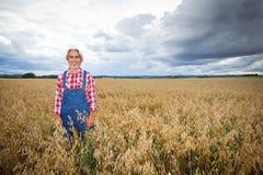 Agricoltore Standing In un giacimento di cereale Fotografie Stock Libere da Diritti