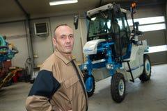Agricoltore stato in fieno anteriore delle cauzioni Fotografia Stock