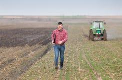Agricoltore su terreno coltivabile Immagini Stock