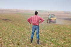Agricoltore su terreno coltivabile Fotografia Stock