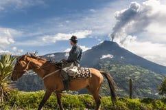 Agricoltore su un cavallo che esamina l'eruzione di Tungurahua Fotografia Stock Libera da Diritti