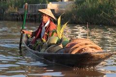Agricoltore su una piccola barca Immagine Stock