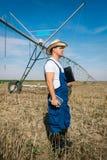 Agricoltore sugli impianti di irrigazione Fotografia Stock Libera da Diritti