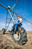 Agricoltore sugli impianti di irrigazione Fotografia Stock