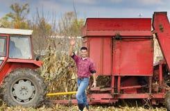 Agricoltore sul campo di grano Immagini Stock