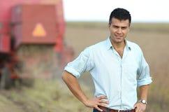 Agricoltore sul campo durante il raccolto Immagini Stock