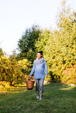 Agricoltore sul lavoro nel suo giardino Immagini Stock Libere da Diritti