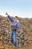 Agricoltore sul mucchio della barbabietola da zucchero Immagine Stock