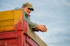 Agricoltore sul rimorchio di trattore Immagine Stock Libera da Diritti