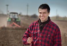 Agricoltore sul terreno coltivabile Immagini Stock