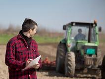 Agricoltore sul terreno coltivabile Fotografia Stock