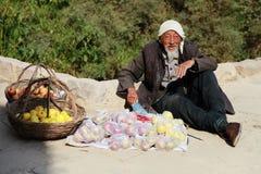 Agricoltore sulla strada della montagna Fotografia Stock