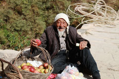 Agricoltore sulla strada della montagna Immagine Stock