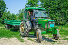 Agricoltore in suo trattore Fotografie Stock Libere da Diritti