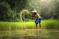 Agricoltore tailandese Working nell'agricoltura con la rimozione Fotografia Stock Libera da Diritti