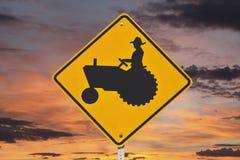 Agricoltore Tractor Crossing Sign con alba Fotografia Stock