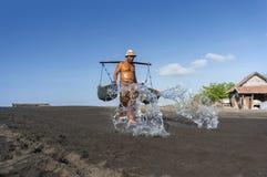 Agricoltore tradizionale del sale di Kusamba Fotografia Stock