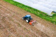 Agricoltore in trattore Immagine Stock