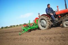Agricoltore in trattore antiquato Fotografia Stock Libera da Diritti