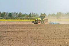 Agricoltore in trattore che prepara il coltivatore di semenzaio della terra agricoltura Immagini Stock