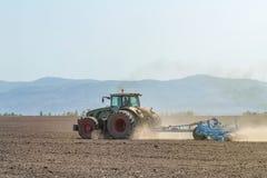 Agricoltore in trattore che prepara il coltivatore di semenzaio della terra agricoltura Fotografia Stock Libera da Diritti