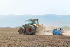 Agricoltore in trattore che prepara il coltivatore di semenzaio della terra agricoltura Fotografie Stock Libere da Diritti
