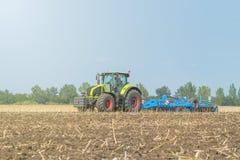 Agricoltore in trattore che prepara il coltivatore di semenzaio della terra agricoltura Immagini Stock Libere da Diritti