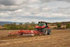 Agricoltore in trattore che prepara terra Fotografia Stock Libera da Diritti