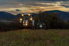 Agricoltore in trattore che prepara terra con il coltivatore Fotografia Stock