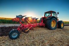 Agricoltore in trattore che prepara terra con il coltivatore Fotografie Stock Libere da Diritti