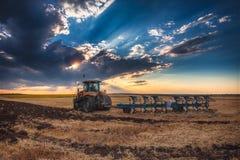 Agricoltore in trattore che prepara terra con il coltivatore Immagine Stock Libera da Diritti