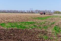 Agricoltore in trattore che prepara terra con il coltivatore di semenzaio Immagini Stock