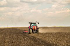 Agricoltore in trattore che prepara terra con il coltivatore di semenzaio Fotografia Stock