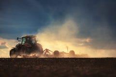 Agricoltore in trattore che prepara terra con il coltivatore di semenzaio Fotografie Stock Libere da Diritti