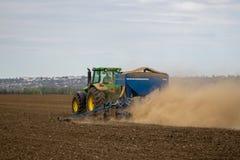 Agricoltore in trattore che prepara terra con il coltivatore di semenzaio come parte Fotografia Stock