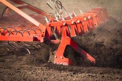 Agricoltore in trattore che prepara terra con il coltivatore di semenzaio in conte Immagine Stock Libera da Diritti