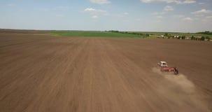Agricoltore in trattore che prepara terra con il coltivatore di semenzaio contro il cielo blu Immagini Stock Libere da Diritti