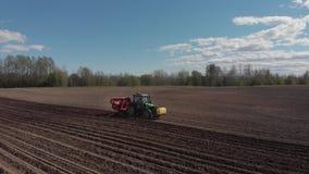 Agricoltore in trattore che prepara terra in terreni coltivabili Industria di agricoltura archivi video