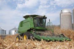 Agricoltore in un cereale di mietitrebbiatura di John Deere Fotografia Stock