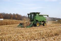 Agricoltore in un cereale di mietitrebbiatura di John Deere Immagini Stock