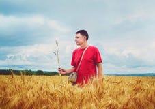 Agricoltore in un giacimento di grano Immagini Stock