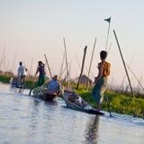 Agricoltori al giardino di galleggiamento, Myanmar Immagini Stock Libere da Diritti