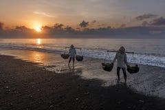 Agricoltori Bali del sale di Kusamba sul lavoro Immagine Stock