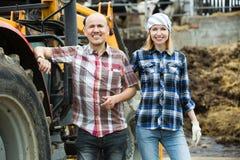 Agricoltori che lavorano al macchinario Immagini Stock Libere da Diritti