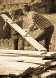 Agricoltori che lavorano con i materiali da costruzione Fotografie Stock