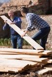 Agricoltori che lavorano con i materiali da costruzione Immagine Stock Libera da Diritti