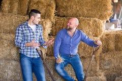 Agricoltori che parlano al hayloft Immagini Stock