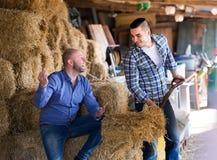 Agricoltori che parlano al ranch Fotografia Stock Libera da Diritti