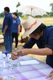 Agricoltori che piantano riso dimostrando economia sufficiente Fotografia Stock Libera da Diritti